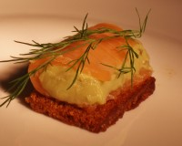Tapas pain d'épice orange avec guacamole et truite fumée